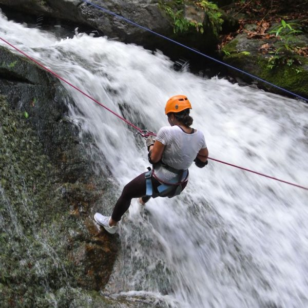 Abseil van watervallen af in Bocawina National Park in Belize