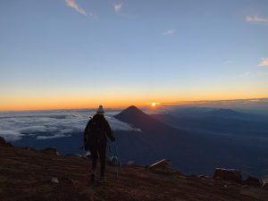 Beklim de acatenango vulkaan tijdens je rondreis door guatemala