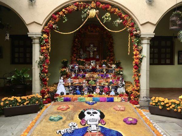Bewonder prachtig versierde altaren tijdens Dia de los Muertos