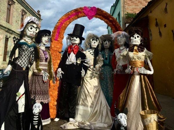 Loop mee met een lokale comparse met Dia de los Muertos