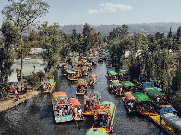 Maak een feestelijke boottocht over Xochimilco